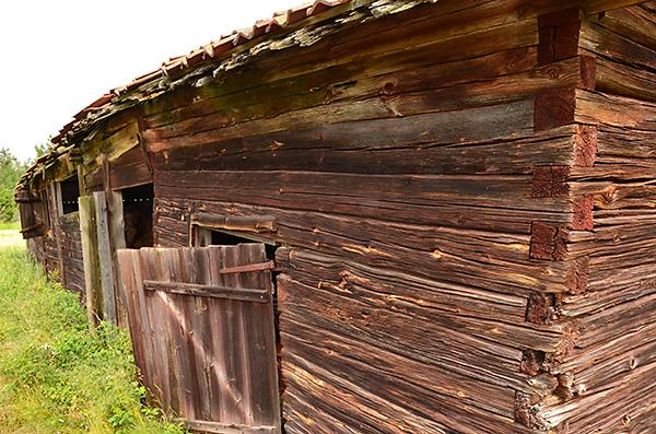 När man har sammanfogat väggarna i hörnen på ladan så har man använt s.k. laxknut, även kallad slätknut.