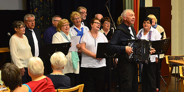Sånggruppen Muntergökarna sjöng under ledaren Per-Erik Munthers ledning. Jag anar ett samband mellan sångledarens efternamn och gruppens namn....