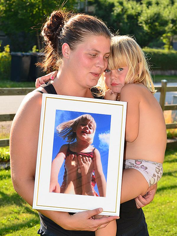 Sara Västerlund med sin vinnande bild, inramad av Blackstad Rambutik. Dottern Molly, som är porträtterad på vinnarbilden, är lite blyg när hon ska vara med på bild och det inte är mamma som fotograferar.