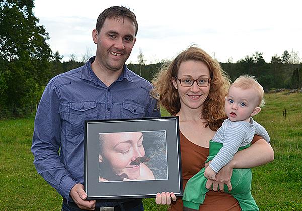 Fredrik Vestgöte med sin inramade bild, tillsammans med sin sötnosiga fru Nanny och sonen Lukas.
