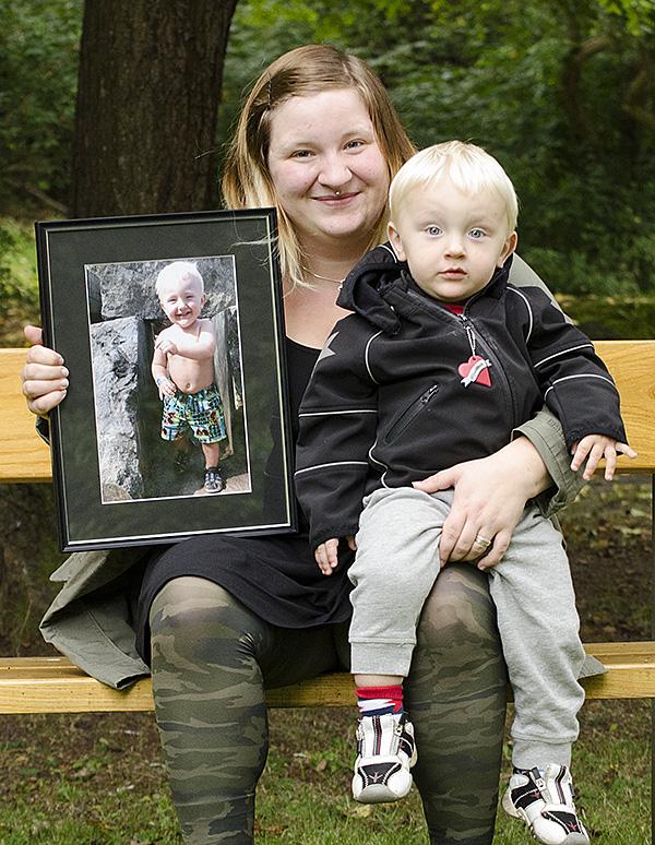 Josefineé Lindgren med sitt inramade foto och sonen Lukas i dubbel upplaga