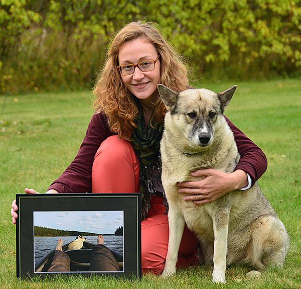 Nanny Vestgöte med den inramade vinnarbilden samt fotomodellen Laila