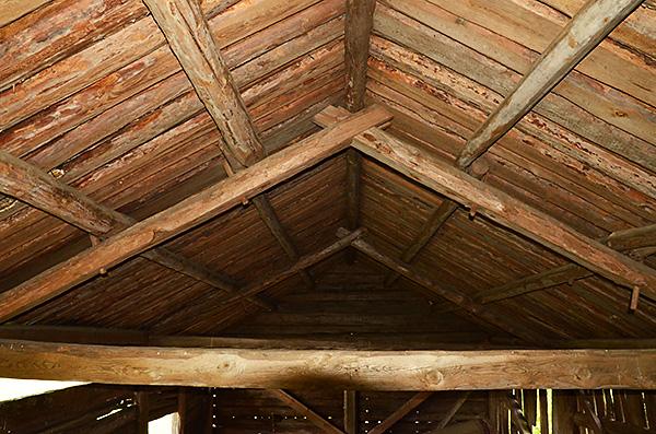 Takstolarna och hela takkonstruktionen är också byggd utan spik.