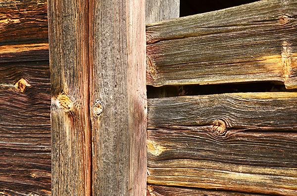 Väggarna är byggda i skiftesverk, dvs. liggande plankor som är infällda i stolpar med spår.